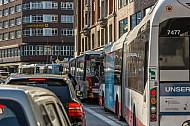 Stau mit PKW und Bussen am Gänsemarkt in Hamburg