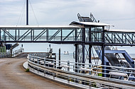 Laderampen im dänischen Fährhafen Rödby an der Vogelfluglinie. Im Hintergrund eine Scandlines-Fähre auf dem Fehmarnbelt.