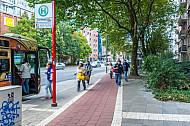 Menschen laufen an der Haltestelle Bornkampsweg auf einen Bus der Linie 3 zu