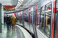 Ein U-Bahn-Zug steht im Bahnhof Sternschanze am Bahnsteig.