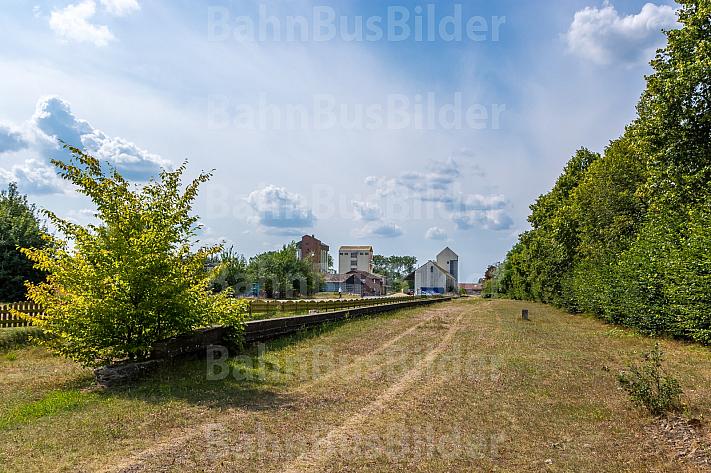 Stillgelegter Bahnhof mit alter Bahnsteigkante in Kellinghusen in Schleswig-Holstein