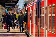 Menschen steigen im Winter aus einer S-Bahn