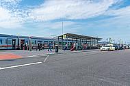 Menschen (Touristen) steigen aus Intercity im neuen Bahnhof Burg auf Fehmarn in Schleswig-Holstein