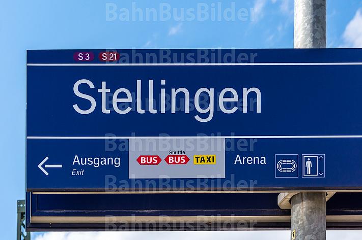 Haltestellenschild am S-Bahnhof Stellingen in Hamburg mit Hinweis auf den Shuttlebus Richtung Volkspark-Arenen