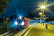 Ein Zug der neuen S-Bahn-Baureihe 490 bei Nacht in Hamburg