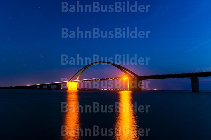 Fehmarnsundbrücke mit Zug bei Nacht