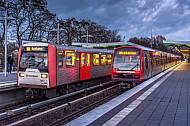 Zwei U-Bahn-Züge der Typen DT3 und DT5 stehen in der Haltestelle Wandsbek-Gartenstadt in Hamburg