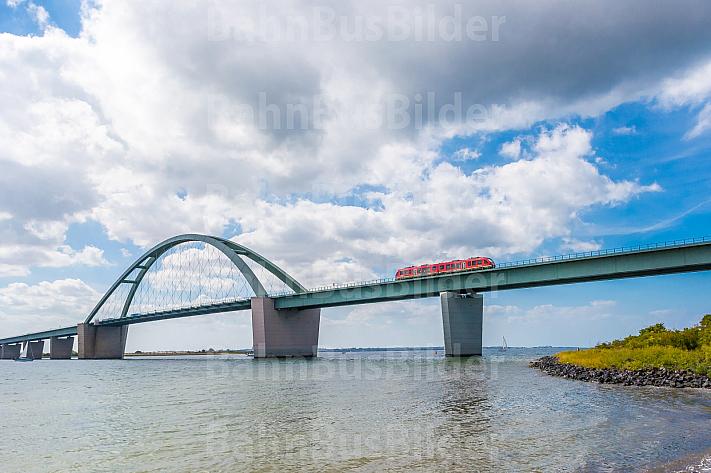 Regionalbahn auf der Fehmarnsundbrücke