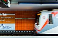 U-Bahn am Bahnhof Jungfernstieg in Hamburg mit Bewegungsunschärfe