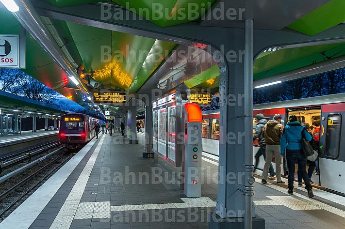 Menschen steigen an der Haltestelle Wandsbek-Gartenstadt in Hamburg in zwei U-Bahn-Züge der Linien U3 und U1