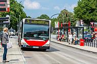 Bus der Linie M5 am Stephansplatz in Hamburg