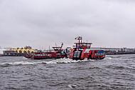Zwei Hafenfähren bei Sturm in Hamburg