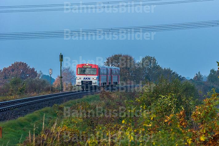 Ein Triebwagen der AKN im herbstlichen Frühnebel an einem Bahnübergang bei Bokholt in Schleswig-Holstein