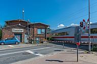ICE passiert Bahnübergang im Bahnhof Dauenhof in Schleswig-Holstein