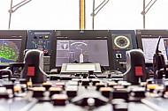 Instrumente und Geräte auf der Brücke der Scandlines-Fähre