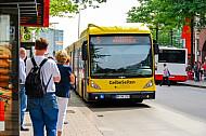 Menschen warten in der Mönckebergstraße auf einen Metrobus der Linie M5