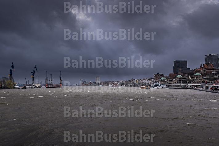 Schwerer Sturm im Hamburger Hafen mit Hafenfähren