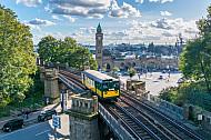 Ein historischer U-Bahnzug vom Typ T auf der Linie U3 vor den Landungsbrücken in Hamburg