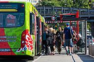 Menschen steigen am U-Bahnhof Hoheluftbrücke in Hamburg in einen Metrobus