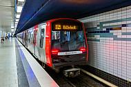 Ein U-Bahn-Zug vom Typ DT5 auf der Hamburger U-Bahnlinie U4 im Tunnelbahnhof Horner Rennbahn