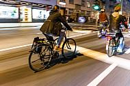 Fahrradfahrer fahren im Abendblicht über die Stresemannstraße in Hamburg