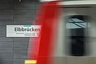 Eine Haltestellenschild im U-Bahnhof Elbbrücken - im Vordergrund ein Zug