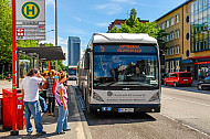Menschen warten auf zwei XXL-Busse der Linie M5 am Grindelhof in Hamburg