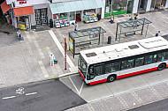 Ein Bus der Hochbahn an einer Haltestelle in der Osterstraße in Hamburg