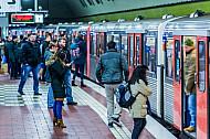 Menschen stehen an einer U-Bahn am Hauptbahnhof in Hamburg