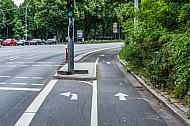 Eine Fahrradspur mit Fahrrad-Abbiegespur in der Edmund-Siemers-Allee in Hamburg