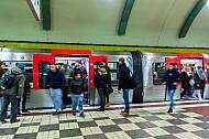 Menschen steigen aus einer U-Bahn am Hauptbahnhof in Hamburg