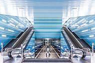 Ein Treppenhaus in der U-Bahn-Haltestelle Überseequartier in Hamburg mit Blick bis auf den Bahnsteig