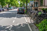 Ein Falschparker blockiert einen Fahrrad-Schutzstreifen in Hamburg
