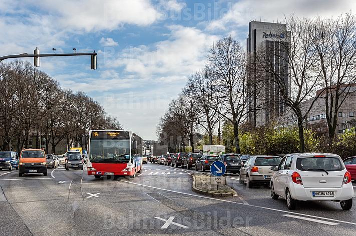 Ein Bus der Linie 4 fährt auf einer eigenen Busspur in Hamburg am Stau vorbei
