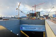 Eingangsbereich der U-Bahnhaltestelle HafenCity Universität in Hamburg