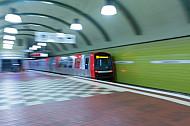 Ein U-Bahn-Zug vom Typ DT5 verlässt die Tunnelhaltestelle Hauptbahnhof Süd in Hamburg