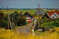 Lemvigbanen-Triebwagen an Bahnübergang in Strande
