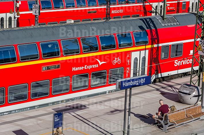 Zwei moderne Regionalzüge der Deutschen Bahn warten im Hamburger Hauptbahnhof auf ihre Abfahrt