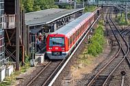 Ein Hamburger S-Bahn-Zug steht an der Haltestelle Rübenkamp