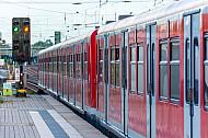 S-Bahn im Winter im Bahnhof Hamburg-Eidelstedt mit grünem Signal