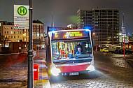 Metrobus der Linie M6 bei Nacht in der Speicherstadt in Hamburg