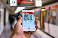 Ein Handyticket in der HVV-App in Hamburg an einem U-Bahnhof