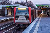 Ein U-Bahn-Zug der Linie U3 in der Haltestelle Wandsbek-Gartenstadt in Hamburg