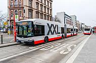 Zwei XXL-Busse an der neu gebauten Haltestelle Universität in Hamburg