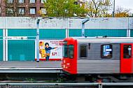 U-Bahn am Bahnhof Schlump in Hamburg mit Bewegungsunschärfe