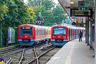 Zwei S-Bahnen der Baureihe 474 stehen im Bahnhof Ohlsdorf in Hamburg
