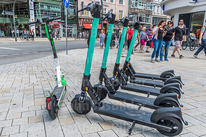 Mehrere E-Scooter verschiedener Leih-Anbieter stehen auf dem Gänsemarkt in Hamburg