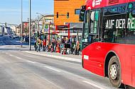 Menschen warten auf ihren Bus