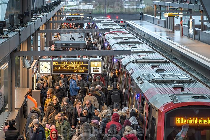 Menschen drängen sich am U-Bahnhof Elbbrücken in Hamburg auf dem Bahnsteig