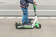 Ein Mann fährt auf einem E-Scooter in Hamburg